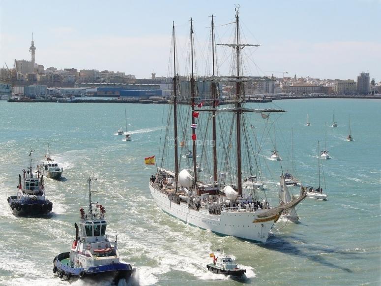 Despidiendo al buque Elcano en Cadiz