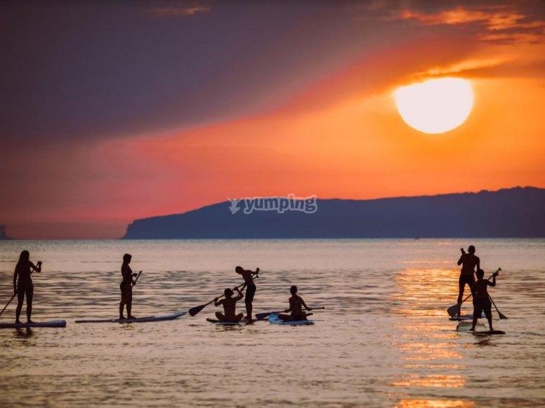 Grupo de amigos practicando paddle surf