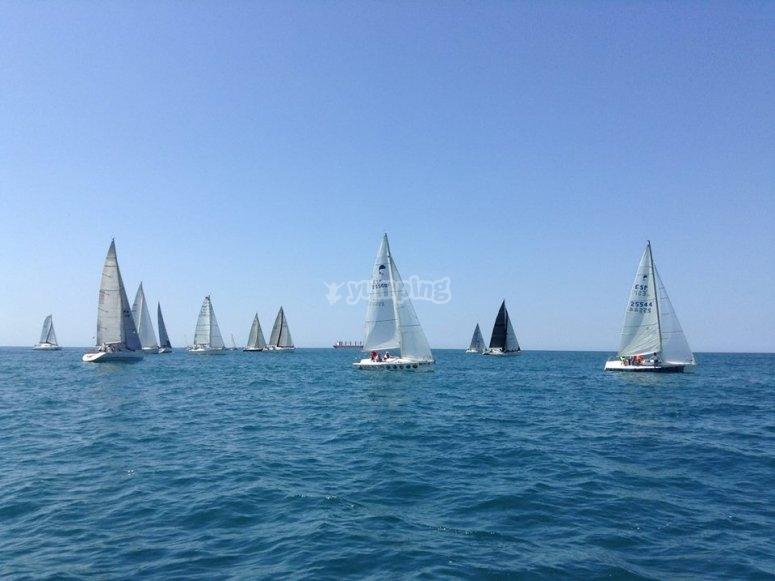 Embarcaciones compitiendo en el Mediterraneo