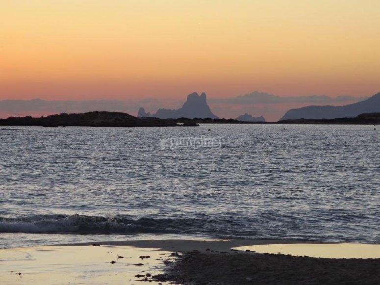Agradable paseo por el mar al atardecer