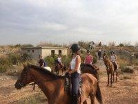 Avanzando en grupo sobre los caballos