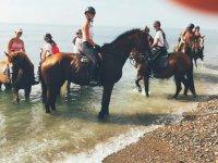 Con los caballos en la orilla del mar