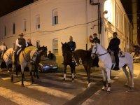 Por las calles de Burriana de noche a caballo
