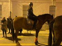 Joven jinete a caballo de noche