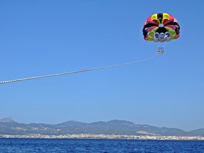 帕拉马海滩的2人帆伞运动
