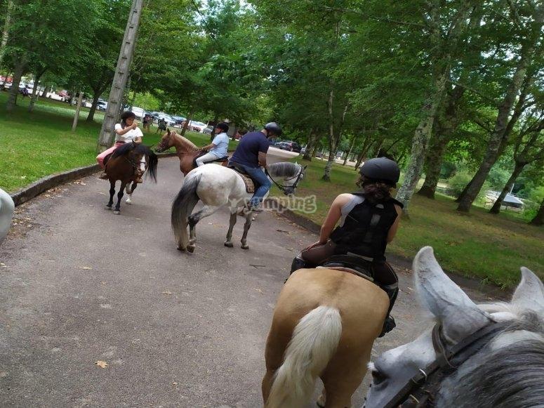 Dando un paseo a caballo por la zona de Mondariz