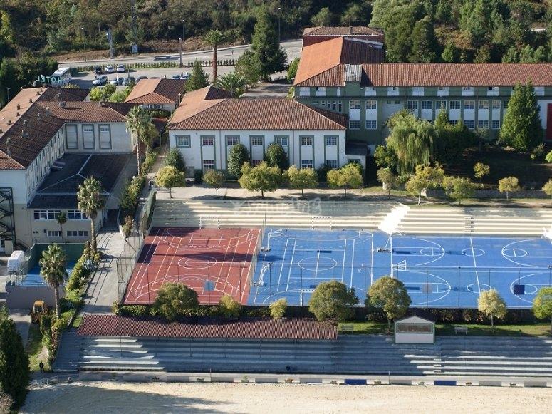 Pistas de tenis en la parte de de atrás del campamento hípico