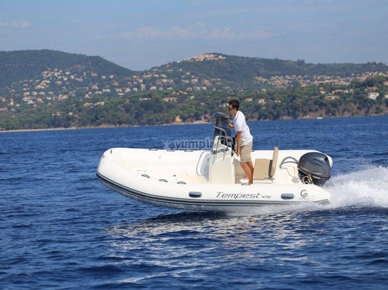 Pilotando el barco sin tener licencia
