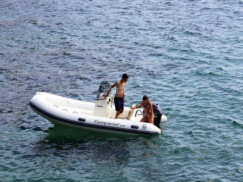 Barco con escaleras para bajar al agua