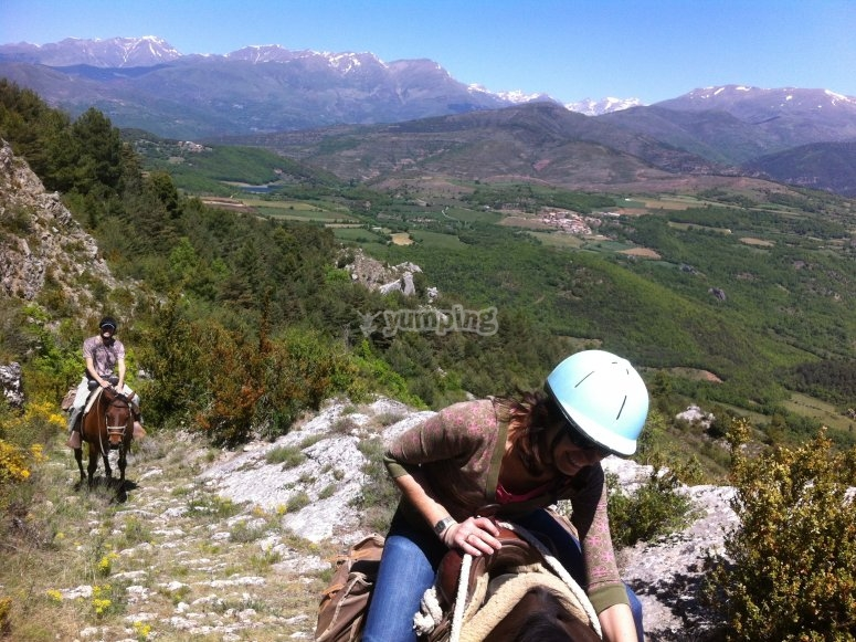 骑马攀登斜坡