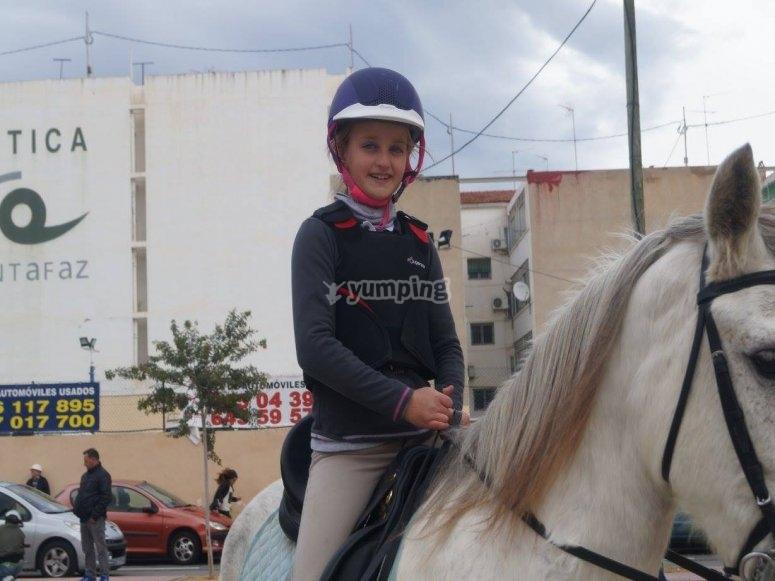 Montando a caballo por el pueblo