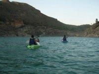Kayaks verde y azul