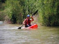 Llevando un kayak de color rojo