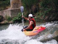 Tramo de kayak con aguas bravas