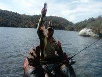 En el hinchable pescando