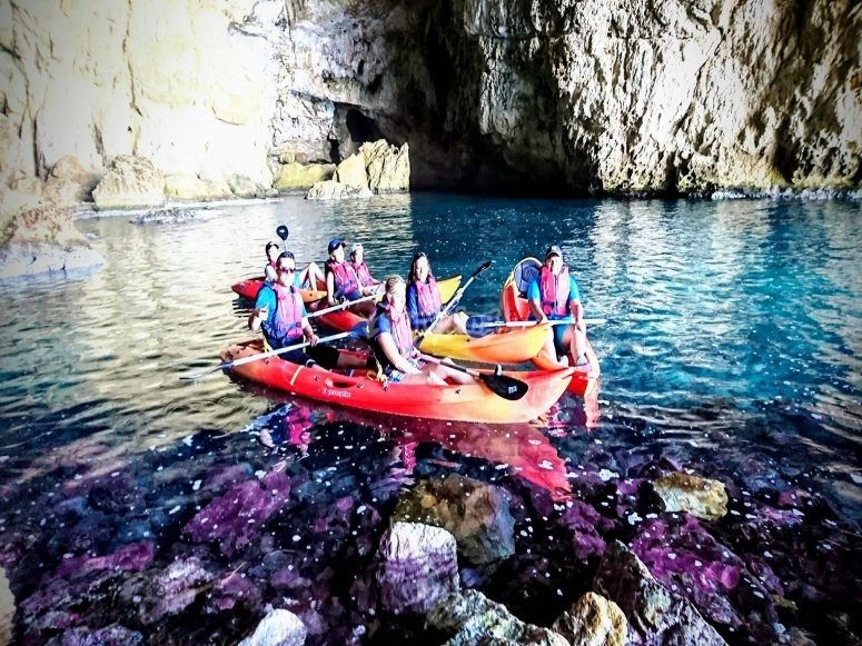 In kayak fino alla grotta marina