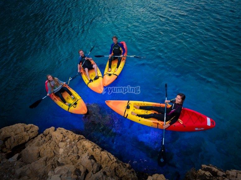 夜间航线的皮划艇