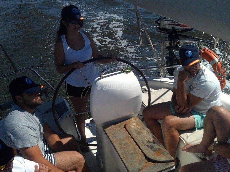 Pilotando el barco en el Mediterraneo