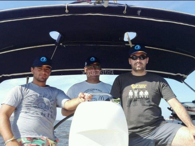 Grupo de navegantes a bordo