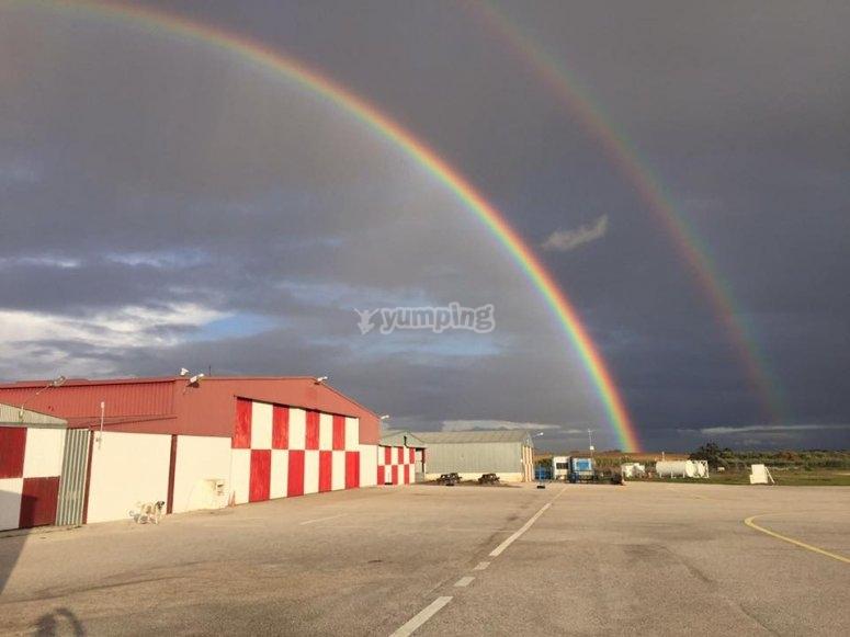 机库上空的彩虹