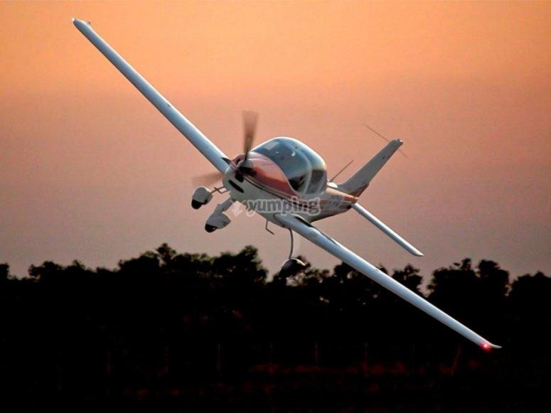 Avioneta virando en el aire