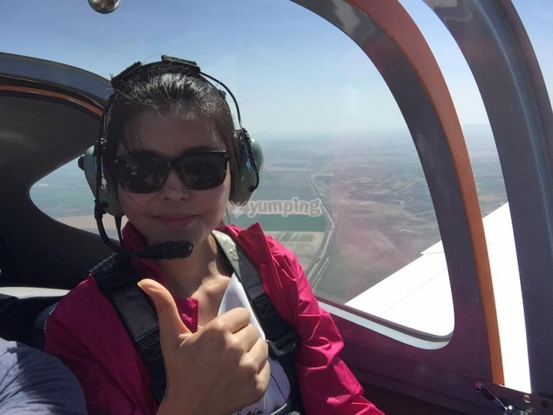 Bollullos上空的女孩飞翔的飞机