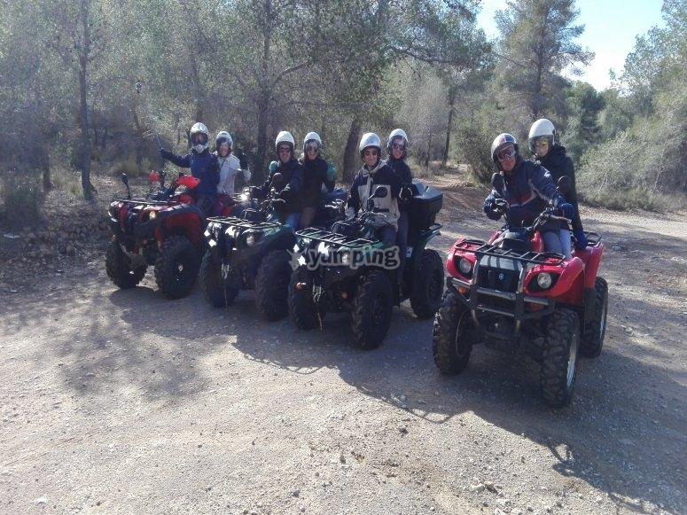 Grupo de amigos subidos a los quads