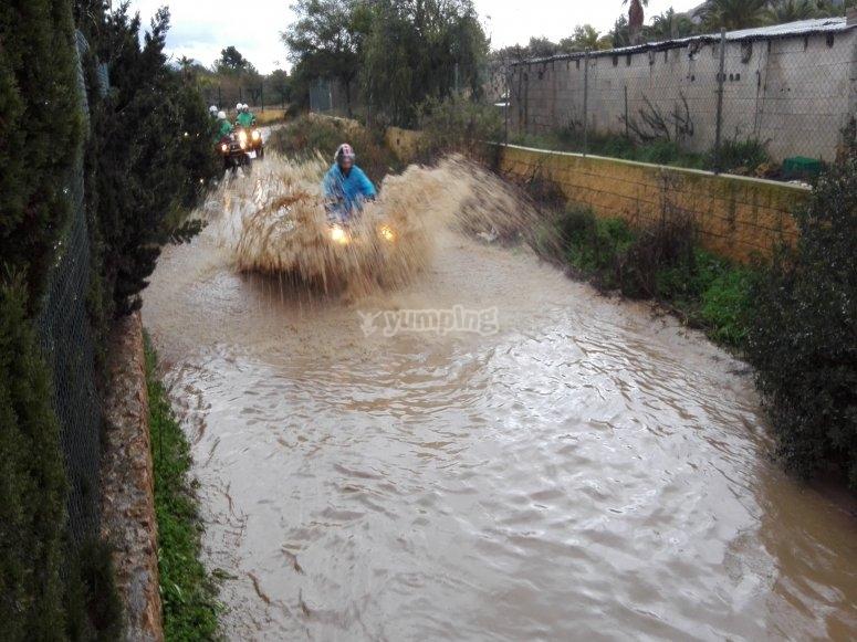 Atravesando zonas de agua en quad