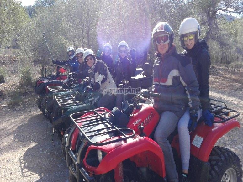 Grupo en quads con casco