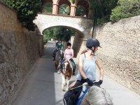 Chicas a caballo desde el puente