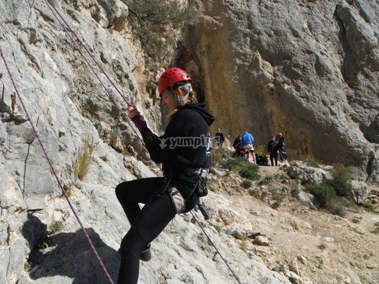 Chica iniciando la escalada