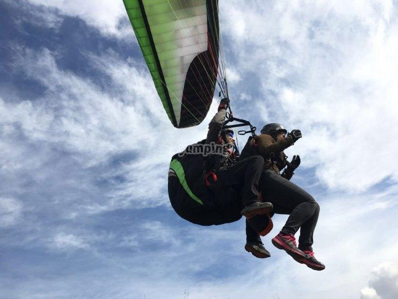 Piloto profesional llevando el parapente