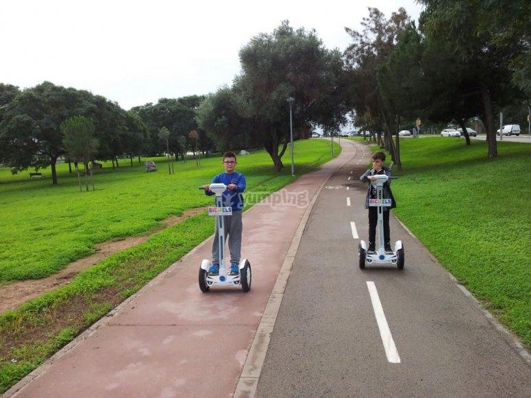 Segway a piedi attraverso il parco