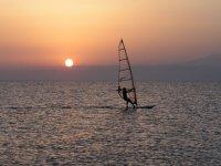 windsurf al anochecer