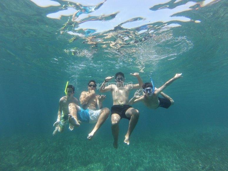 Niños nadando en el Mediterraneo