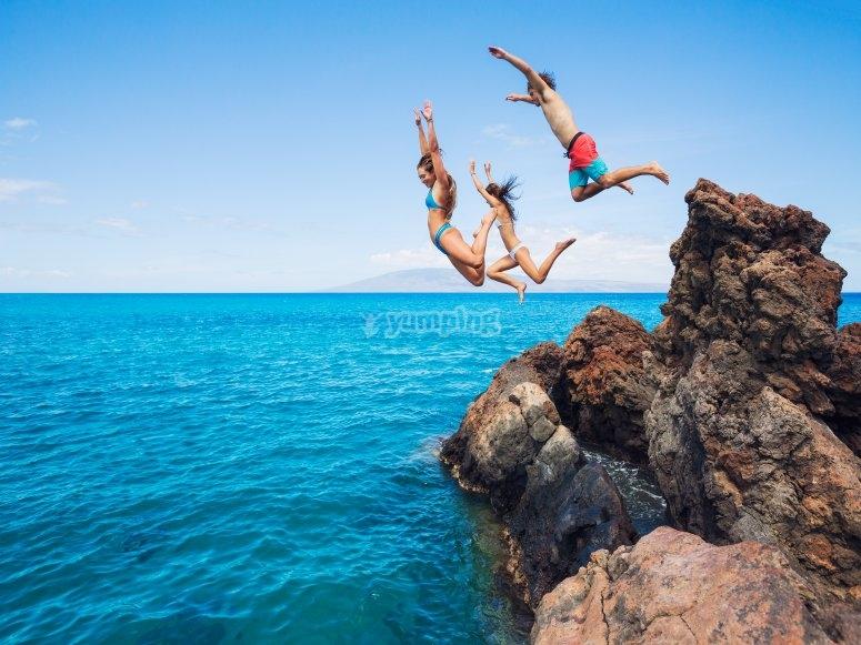 Saltando desde las rocas de la costa