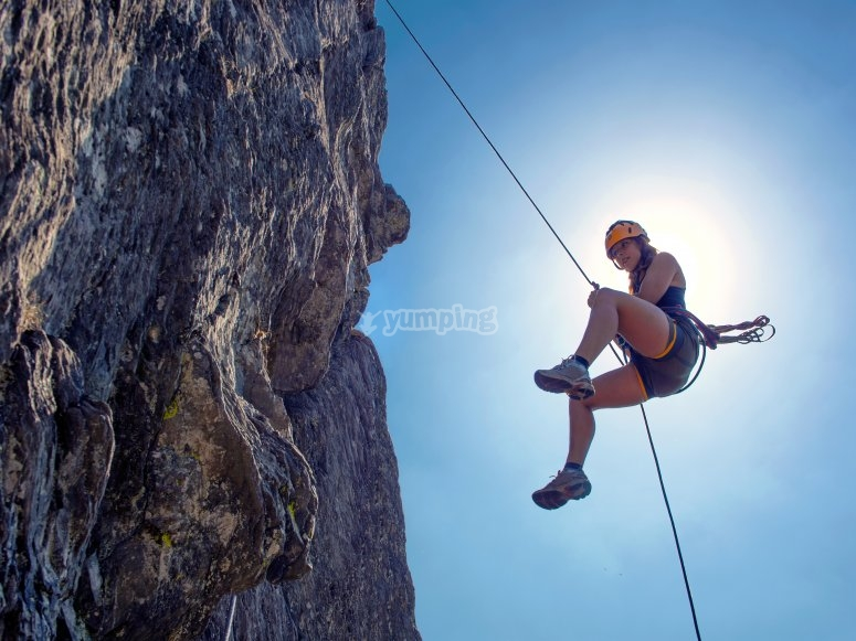 Rapel con cuerda en las rocas