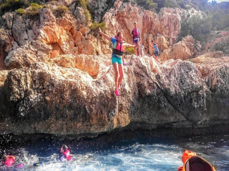 Saltos desde las rocas al agua