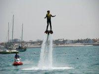 ragazza che pratica il flyboard nell'Atlantico