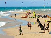 La playa con kitesurf