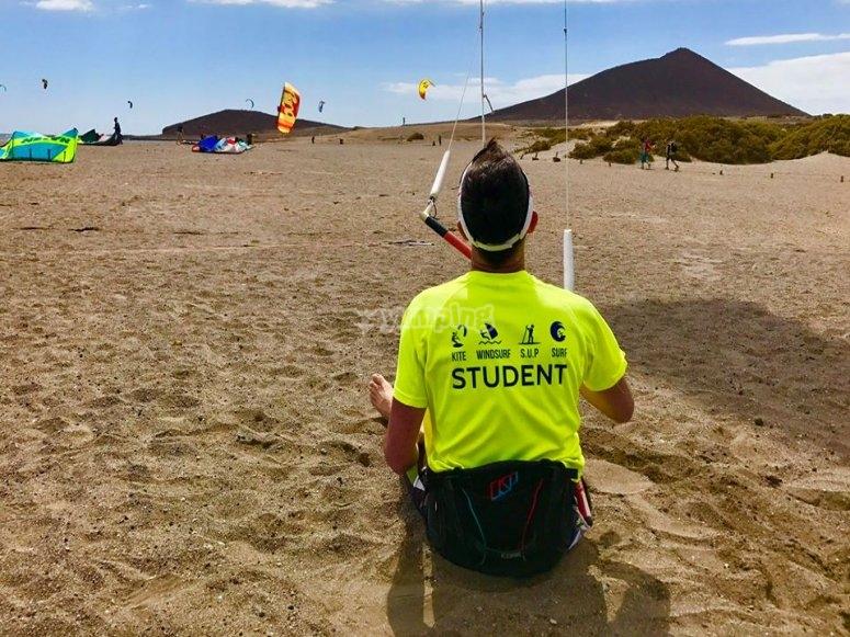 学生学习如何处理风筝