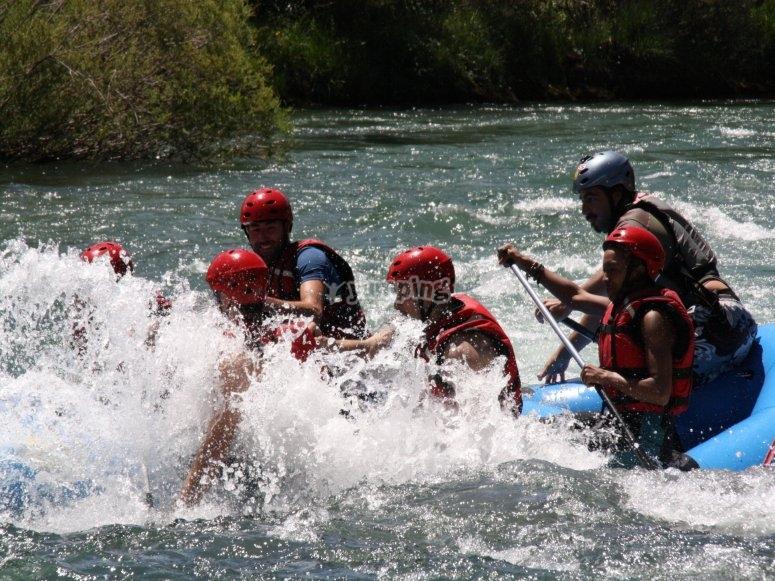 男孩们在水中玩乐