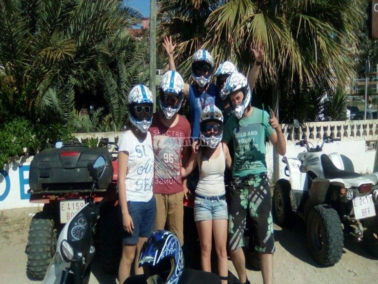 Amigos equipados con cascos
