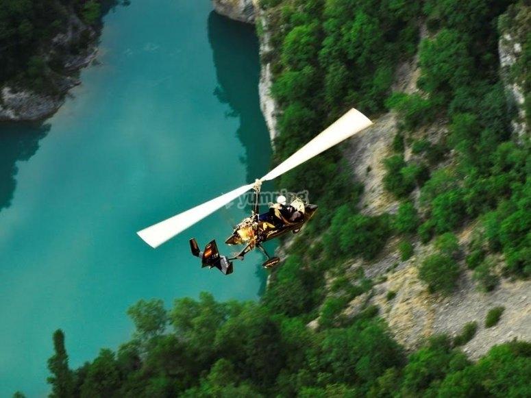 孩子在旋翼景观鸟瞰旋翼飞机飞行员