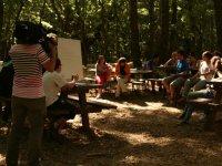 Clase teórica en el bosque