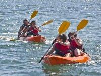 Fai pratica di kayak nelle Asturie