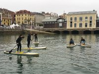 Famiglia facendo paddle surf
