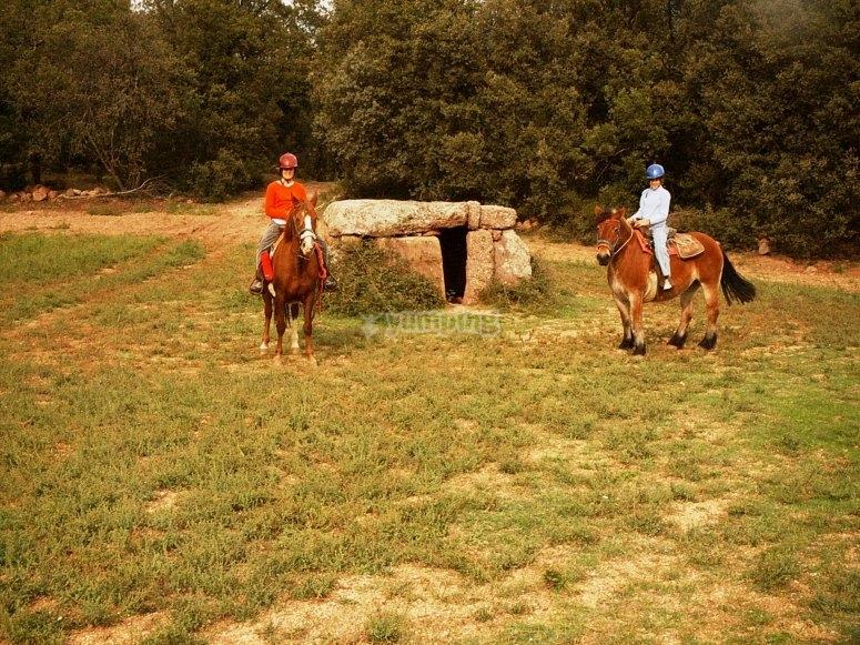 与朋友骑马游览