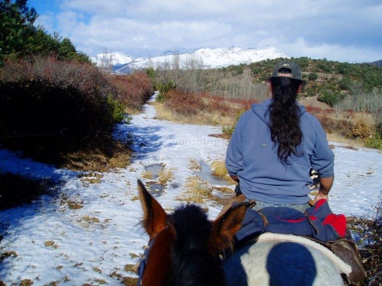 在雪地上骑马