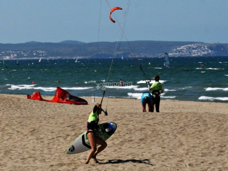 板风筝冲浪风筝在沙滩上练习风筝朋友
